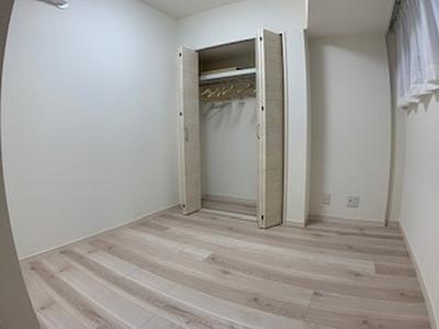 約5帖の洋室にはクローゼットが備え付けられています。