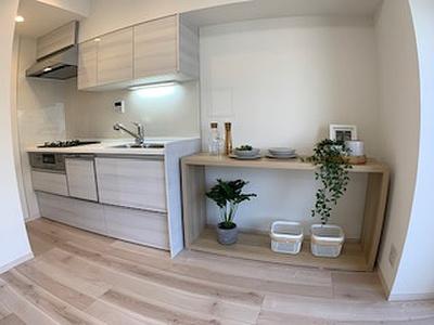 家具の負担を減らしてくれる食洗機完備が嬉しいシステムキッチン採用。