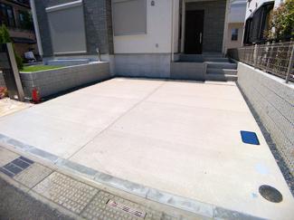 駐車スペースです。駐車スペース2台のユッタリスペールとお庭付きです。