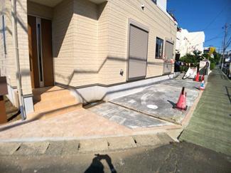 駐車スペースです。第一種低層住居専用地域の閑静な住宅街の立地です。
