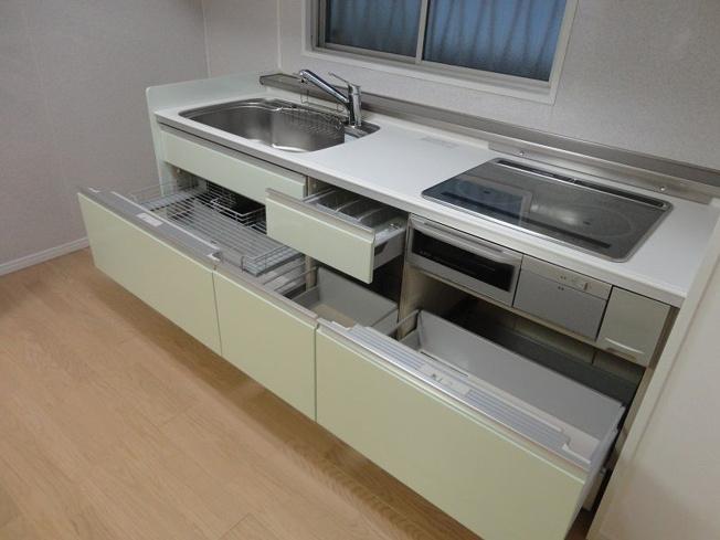 キッチンは引き出し式収納で、大きなお鍋や調味料も楽々取り出せます