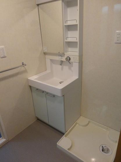 洗面台は、蛇口が壁についているシャワータイプ。水が飛び散りにくくお掃除も楽々なんです