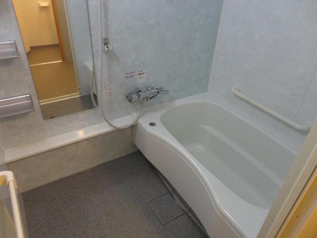浴槽の壁には手すりが付いていてどんな方にも安心です♪