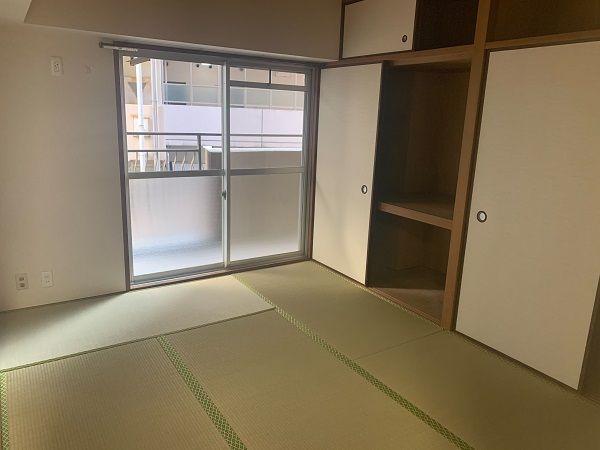 リビングダイニングとつながった快適な和室のお部屋。畳表替え済みで、気持ちよく使っていただけます♪