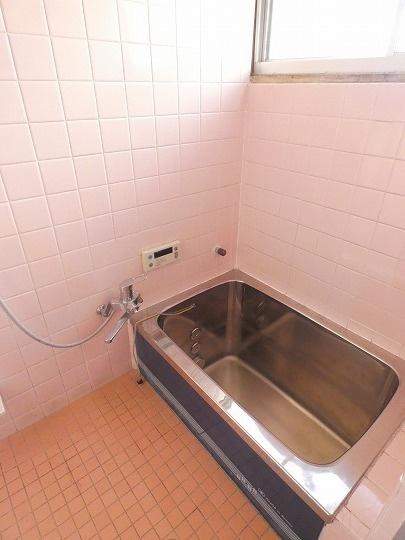 換気のできる窓付きの浴室です。