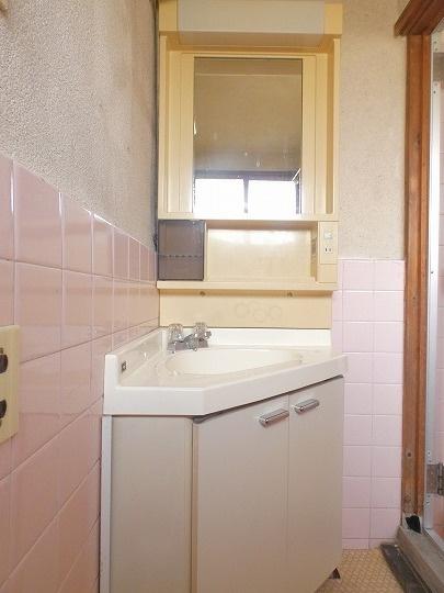コーナーに配置してスペースを有効活用した洗面台