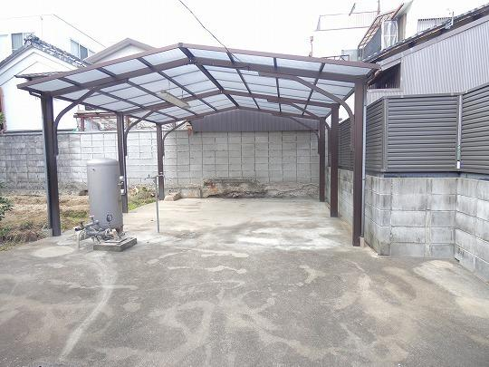 家庭菜園前の屋根付きスペースには井戸水用のポンプがございます。
