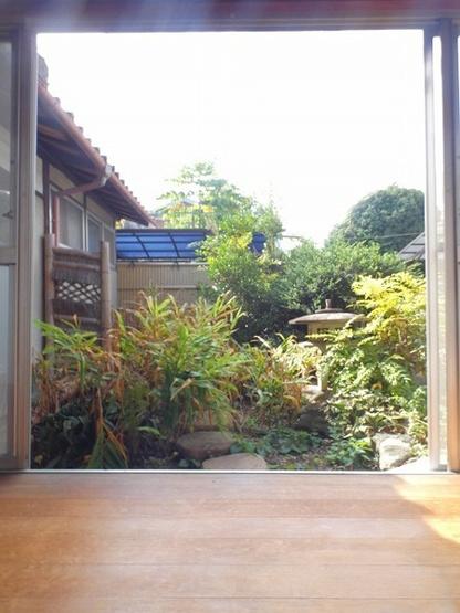 1階広縁から眺めるお庭は灯篭があり和の趣があります。