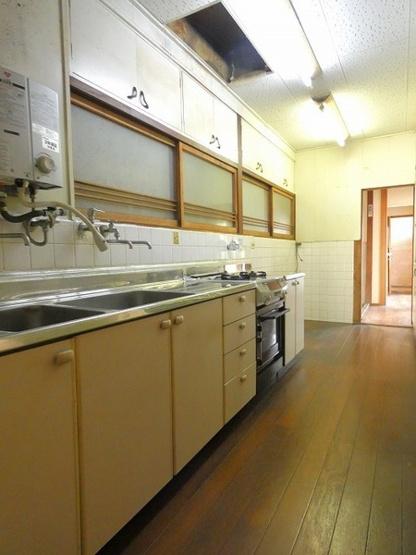 ワイドサイズのキッチンには食器棚もついています。