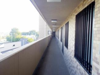 共用廊下です。清掃も行き届き管理体制良好なマンションを伺わせます。