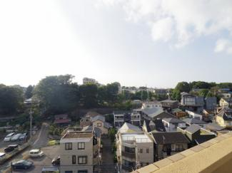 周囲に高い建物が無いため眺望は良好です。バルコニーからの眺めは解放感がございます。