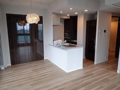 ビルトイン冷蔵庫の扉は居室建具と統一されております。