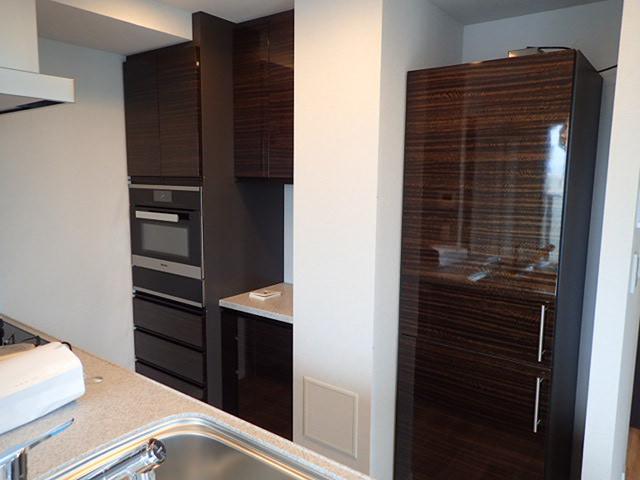 海外製オーブンキッチン、食器ウォーマーも内蔵されております。