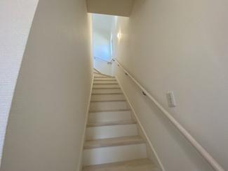 白を基調とした手すり付の階段です