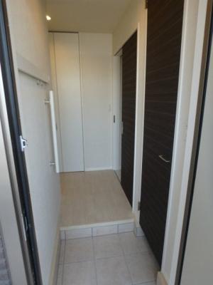 玄関から室内への景観です!右手にトイレ、左手にリビングダイニングキッチンがあります☆