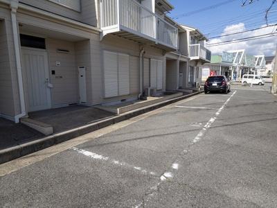 玄関前に駐車場1台付いています♪