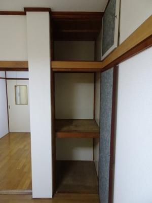 青山ビル 洋室6帖にも収納スペースがあります