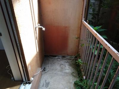 青山ビル 洗濯機置き場はベランダにあり、そのまま干せます