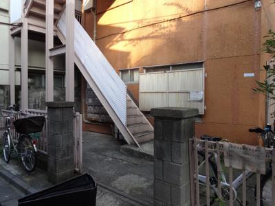 青山ビル 閑静な住宅街で静かな環境。鶯谷駅から徒歩6分・入谷駅から徒歩9分の好立地。鉄骨造の茶色い3階建ての建物です。