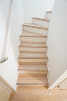 玄関から直接階段へ行けます。手すりが設置されていて安心ですね。