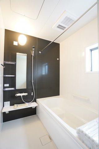 浴室乾燥暖房機のついたお風呂です。足を伸ばしてゆったり入れますよ。