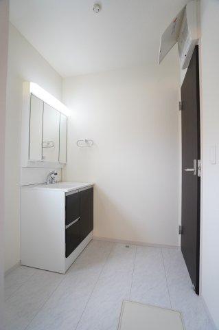 温水シャワー付洗面化粧台の洗面台です。朝の準備も快適にできますね。