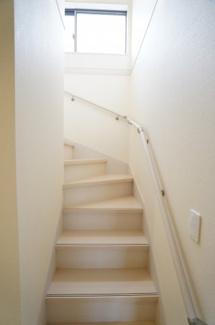 玄関から直接行ける階段です。キッチンのとなりにあるので、家族の様子が分かりやすいですよ。