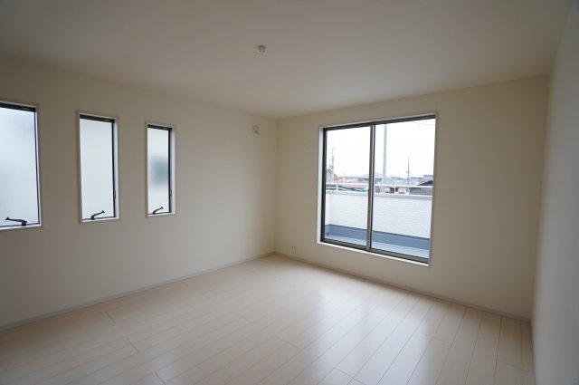 9帖の寝室です。3連窓がありおしゃれなお部屋です。バルコニーに出られますよ。