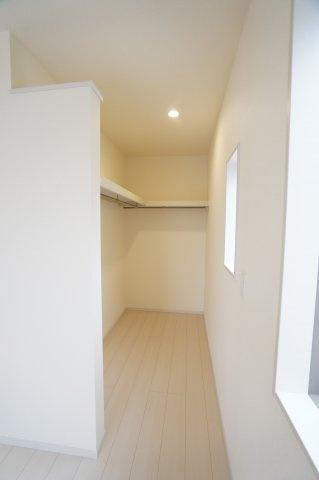 寝室のWICはドアがなく出し入れしやすいですよ。
