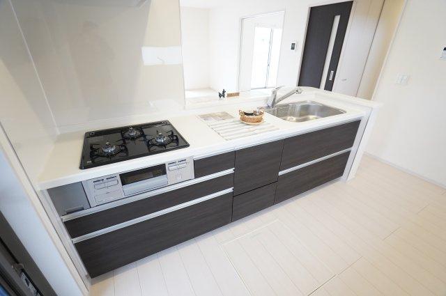 人造大理石使用のシステムキッチンです。毎日のお料理が楽しくなりそうですね。広いキッチンで家族一緒にならんでお料理できますよ。