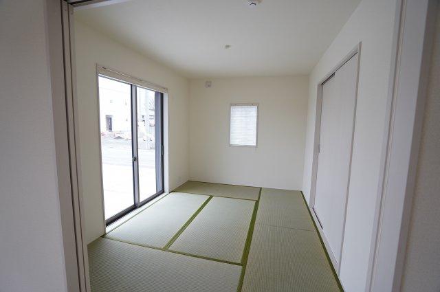 6帖の和室です。窓にはシャッターがついて防犯性がありますよ。