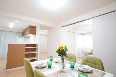 【キッチンからの景色がポイント!】 キッチンからリビング全体を見渡せる子育て中のご家族 にもうれしいつくり。家具の配置もしやすく 魅せる収納も隠す収納も存分に、 好きなリビングを作る楽しみがあります。