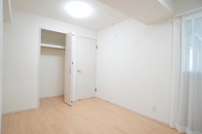 コートやスーツだけでなく、収納棚を中にしまえば ニットやパンツも中にしまえて お部屋をすっきりとお使いいただけます! お部屋のコーディネートと幅が広がります♪