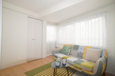 【家具の配置のし易さがポイント!】 リビングがびっくりする程広い訳ではないのですが、 間取と家具の配置次第で、リビングと一体として使える 余裕のある洋室に仕上がりそうです!