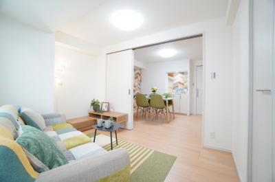 【洋室5.4帖】 リビングに繋がるこのお部屋は、 2枚引戸にて、リビングとフラットにつなげることができ、 一体として使用すれば、16.7帖の空間が生まれます!