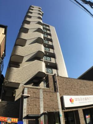 駅前にある10階建てのマンションです。