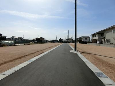 団地内道路。幅員は5mです。