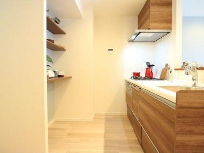キッチン背面は棚になっており、見せる収納が楽しめます。