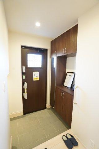 シンプルなホワイト系のクロスと、デザイン性のあるダークブラウンの玄関ドアの組み合わせがおしゃれです☆