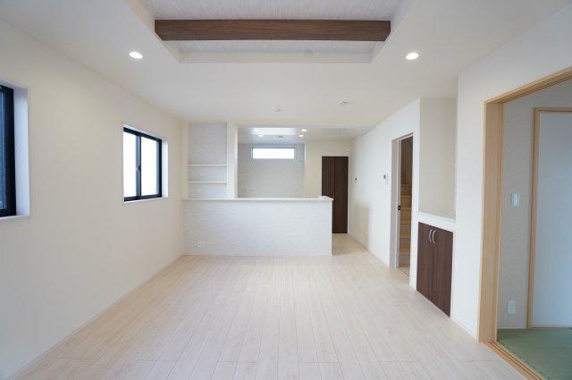 18帖 リビングの折上天井で開放的な空間でゆったり過ごせます。
