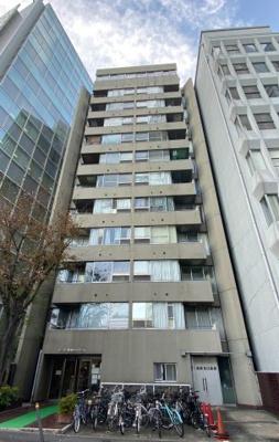 鉄筋鉄骨コンクリート造12階建 ダークグレイが特徴のマンションです。