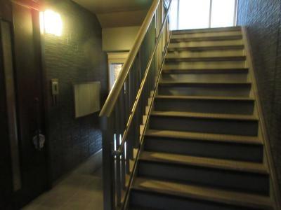 広い階段なので、上の階との方とすれ違っても余裕があります