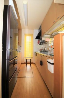 キッチンも収納力抜群です。床下収納は梯子で降りるタイプになってます