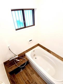 おしゃれなバスルーム♪鏡がない分、お手入れの手間が省けます!