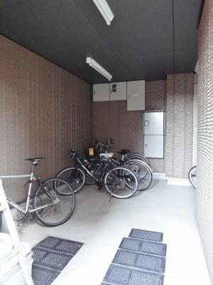 屋内駐輪場で雨が降っても大切な自転車が濡れなくてすみますね♪自転車はちょっとした移動手段に便利ですよね!