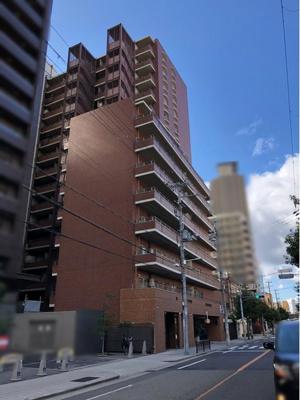 インペリアル堂島は地上15階建て総戸数160戸。建物はブラウン基調のタイル張りでスタイリッシュな外観です