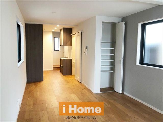 2階LDKは15帖 便利な収納スペースもございます。ガス温水式床暖房3面に完備♪