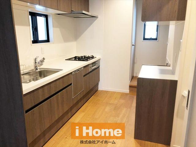 キッチンには換気・採光に便利な窓がございます。食洗器も完備でお料理の幅も広がりますね♪