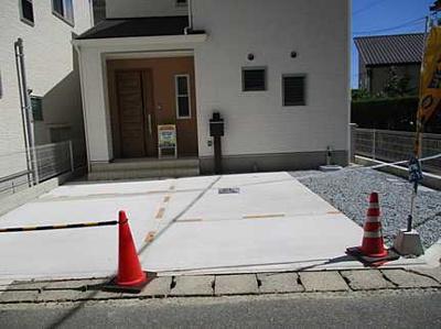 車種を問わなければ、3台駐車も可能! 前面道路も余裕があり、車庫入れも楽ちん♪