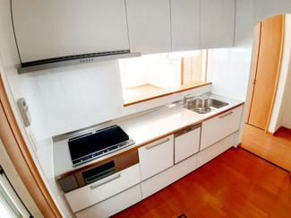 お掃除が簡単なIHクッキングヒーターです!キッチン収納が充実しているので、作業台がすっきり片付きます☆ 後片付けに便利な食洗器付きです!